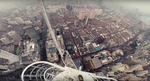 【閲覧注意】手から汗が止まらない! 地上333メートルの高所に命綱なしで登る映像が失神レベルの恐怖感