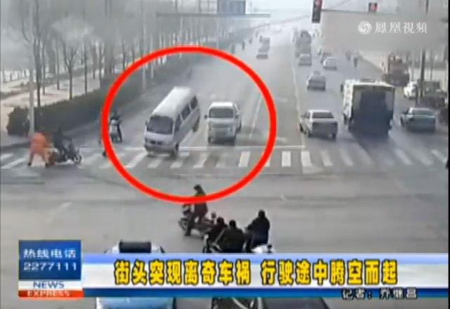"""【衝撃映像】え!? 車が浮いた? 中国の車道で """"超常現象"""" が激撮される"""