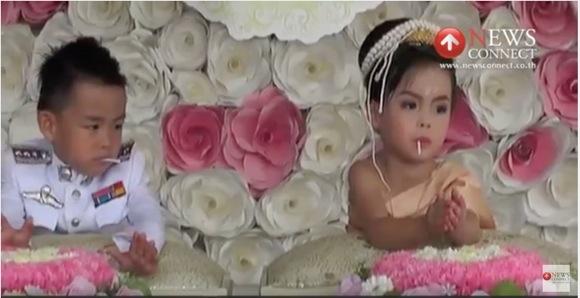 【なぜ?】タイで3才の双子が結婚! その理由とは?