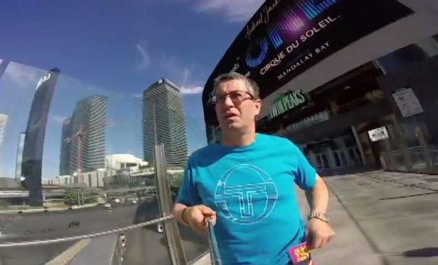 ラスベガスを旅行する父ちゃんにビデオカメラを渡したら自撮りモードになっていて……「稀に見る珍ビデオ」の再生回数が800万回近くに!!