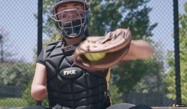 生まれつき右腕がない15歳のソフトボール選手のガッツに涙!! 彼女の内から輝く強さがハンパない!