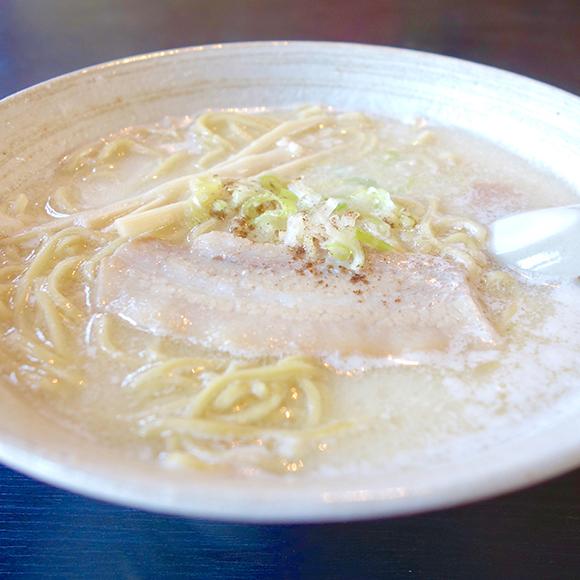 【北海道ラーメン探訪】ミルク入りの白いラーメンが大人気! 帯広市「十勝拉麺LABO 小麦の木」の『十勝牛乳ラーメン』