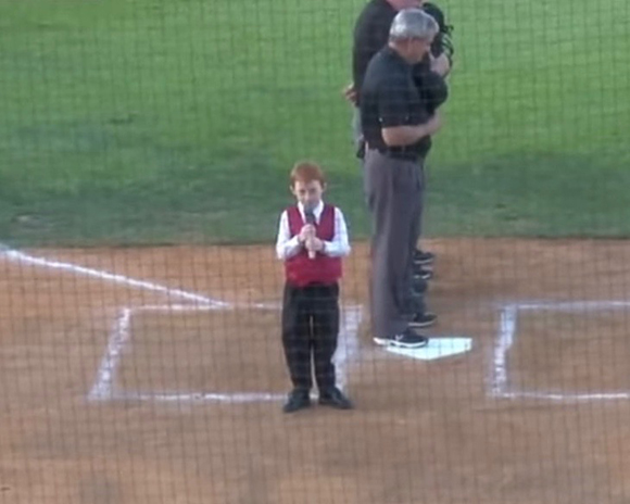 【動画】スタジアムで国歌斉唱中にしゃっくり連発! 最後まで歌い切った少年に会場から大きな拍手