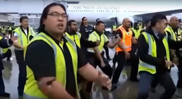 【ラグビー動画】これはアツい! 空港職員たちがハカでW杯から帰国したニュージーランド代表を熱烈歓迎
