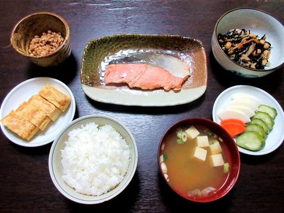 【コンビニ飯】セブンプレミアムだけを使って「ザ・日本の朝食」を作ってみた結果 → 食卓にゴキゲンな革命が起きた