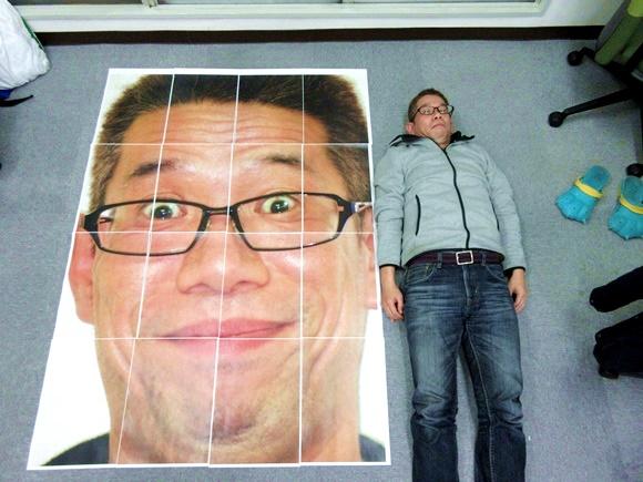 セブンイレブンのコピー機で約1.2×1.7メートルの「巨大ポスター」を作れるらしい / 実際に印刷してみたらデカすぎてヤベぇぇぇぇ!!