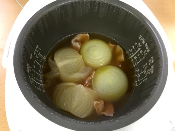 【最強レシピ】炊飯器に放り込むだけ! 絶対に失敗しない「まるごと玉ねぎのスープ」が絶品すぎてホッペが落ちるどころか消え去りそう!!