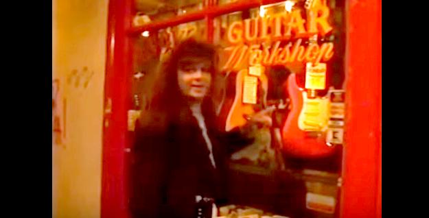 速弾きの王者「イングヴェイ・マルムスティーン」が嬉しそうに楽器屋でギターを買う動画が話題 / 試奏も超速い!!