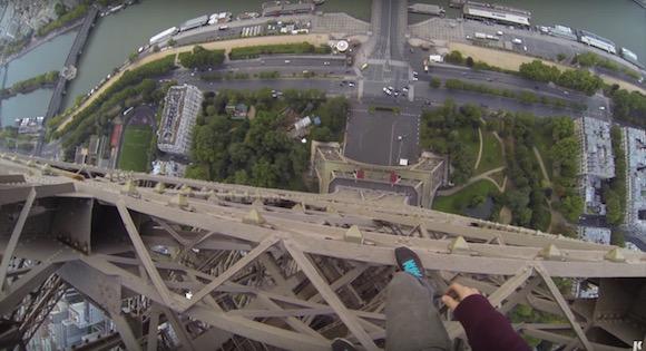【衝撃動画】エッフェル塔に素手で登る男の視点映像が恐ろしすぎてヤバい