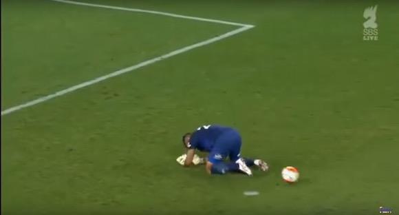 【衝撃サッカー動画】ゴールキーパーが自分を股抜きして大ピンチ
