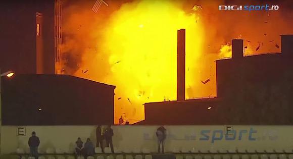 【衝撃動画】サッカーの試合中に近隣のパン工場が大爆発