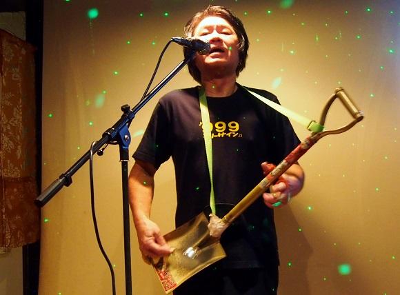 東京・田無のスナックで教わった究極の宴会芸『スコップ三味線』が死ぬほどカッコイイ / 忘年会はこれで決まりだ!