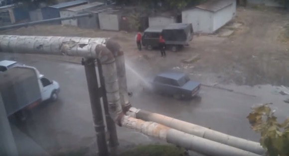 【おそロシア動画】工場の水道パイプが破裂! その時ロシア人がとった行動とは