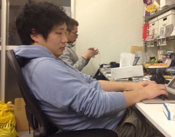 """【腰痛予防コラム】こんな姿勢で座っていたら """"腰椎ヘルニア"""" になった / 経験者が考える「腰に負担をかけた3つの原因」"""