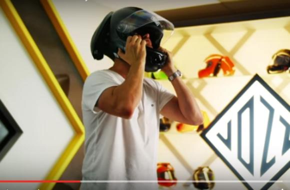【その発想はなかった】前後に開いてスマートに装着「未来型ヘルメット」が超カッコいい!