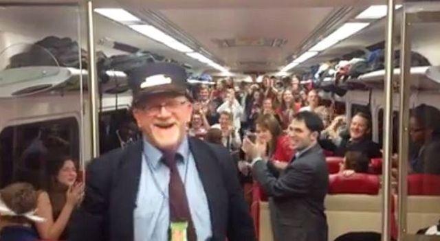列車内で合唱団がコーラス → 車掌さんが止めに来て中断……かと思いきや! という動画が大人気!!