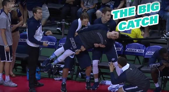 【衝撃バスケ動画】アメリカには「とにかく明るいベンチ」のチームがある / 安心してください、応援してますよ!