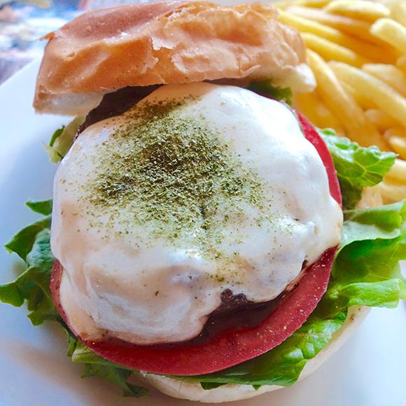 【北海道ハンバーガー紀行】チーズのミルキーな余韻がたまらない / 札幌『TACK(タック)』の「モッツアレラチーズバーガー」