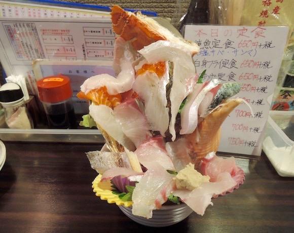 デカ過ぎ注意! 爆盛りの次元を超えた海鮮丼を食べてみた / 福岡市南区『海輪亭』