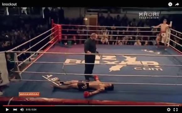 【衝撃格闘動画】KOされた選手が見せた斬新すぎるリングの降り方