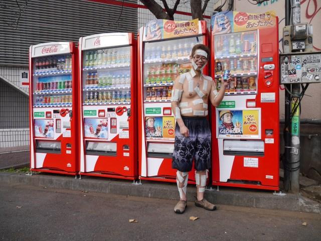 【動画】劇的に缶コーヒーをウマくする方法 / 氷風呂に入る → コールドスプレーをかけられる → 冷却シートを貼られる → +2℃の自販機に行く