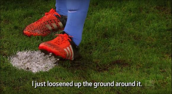 【衝撃サッカー動画】ドイツ・ブンデスリーガでピッチに穴を掘ってPKを妨害する事件が発生