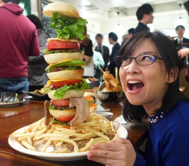 【グルメ】デカすぎ! やりすぎィッ!! 東京駅限定『ウルトラメニュー』が尋常じゃない件「全トッピング40cmバーガー」「ウルトラカロリー鶏天丼」など