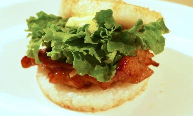 【モスバーガー】これ絶対ウマイやつ! 外国人が絶賛した海外限定メニューが日本でも食べられるぞ~っ / ライスバーガー「とりの照り焼き」