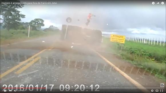 【衝撃事故動画】トラックが横転 → 黒ひげ危機一髪レベルで運転手が外へ投げ出される → 命に別状なし