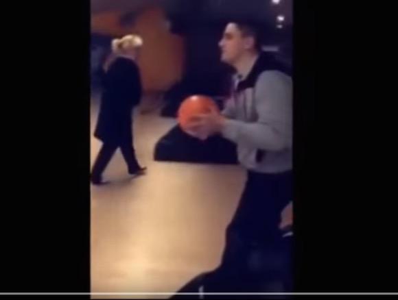 【衝撃ボウリング動画】フルパワーでスピードボールを投げようとした男が勢い余って天井に投げた結果