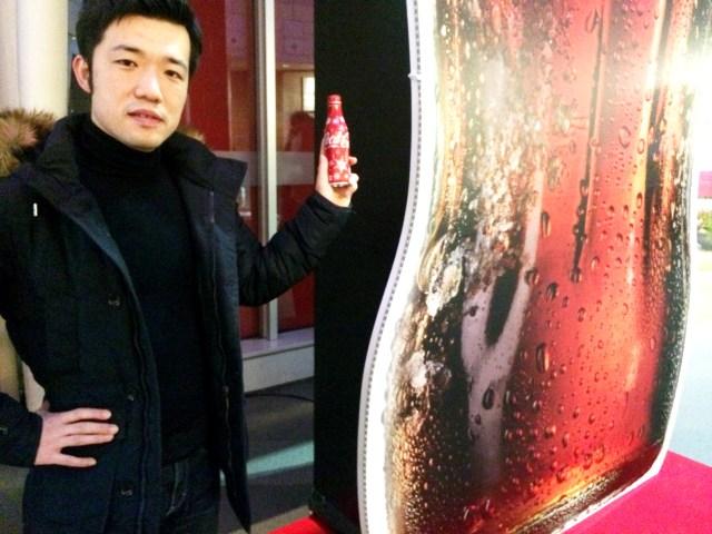 """六本木ヒルズに超巨大な5mの「コカ・コーラ」が出現?? 飲んだら目の前で """"シュワシュワ"""" が弾けるというので試してみた"""