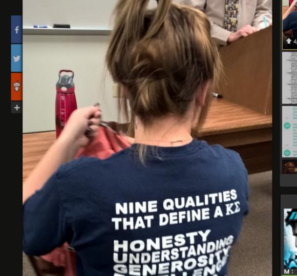 【隠しメッセージか?】Tシャツに書かれたアルファベットを縦に読むと驚きの言葉が出てきた