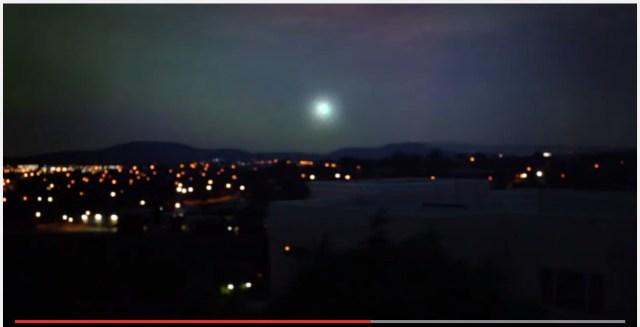 豪州で撮影されたナゾの光! 炸裂するように消える姿が不気味すぎる / 稀な気象現象「球電」か!?