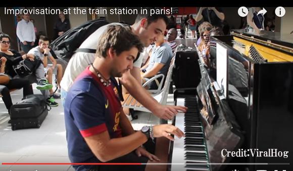 【再生数850万超】パリの駅で互いに見知らぬ男性2人がピアノを即興演奏 → 素晴らしいサウンドに拍手喝采!