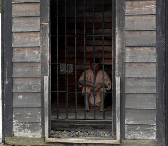 【閲覧注意】囚人が下水管から脱獄を試みる → 失敗 → 糞尿まみれで引きずり出される姿を収めた動画が話題に
