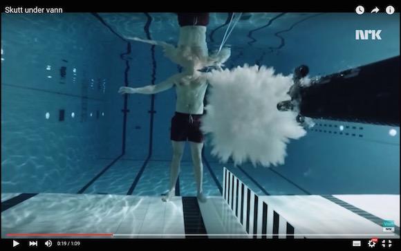 【衝撃検証動画】水中で自分に向けて銃を撃ってみた