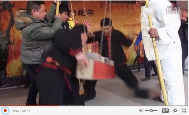 【視聴注意】絶技すぎ! 男の股間を鉄みたいに鍛えたカンフー技が猛烈にヤバイ / 中国の農村に伝わる秘技『鉄股功』