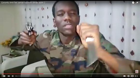 【動画】眠っていた兵士を突然起こしたらこうなった