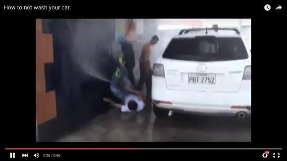 【動画】コントかよ! 一瞬の油断で高圧洗浄機にグシャグシャにされる男