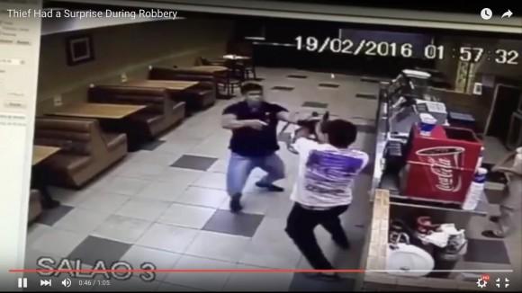 【動画】映画かよ!「リアル強盗を一瞬で退治する男」って華麗すぎるだろ!!