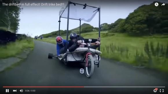 【動画】こいつら馬鹿だろ!「タイヤ付きベッド」に乗って必死にドリフトをする男達