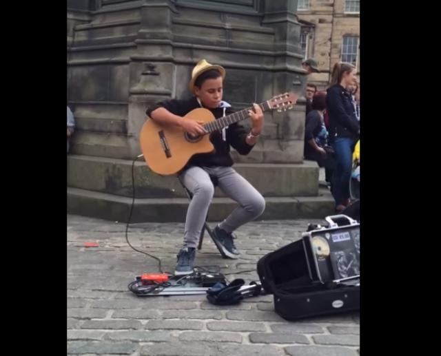 鳥肌ものの5分半! 14歳のストリートパフォーマーがクイーンの名曲『ボヘミアン・ラプソディ』をギターでソロ演奏 / ネットの声「信じられない才能だ!!!!」