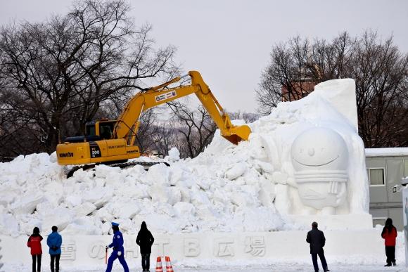 【動画あり】雪まつりついでに札幌観光を10倍満喫する方法「朝の雪像掃除」→「観光地図でディープスポット探索」→「ライトアップ」→「取り壊し」