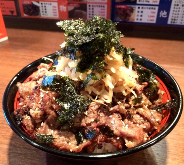 総重量1キロオーバー! 肉をたらふく堪能できる『メガ炭火焼肉丼』を食らう / 東京・田町「東京牛肉食堂」