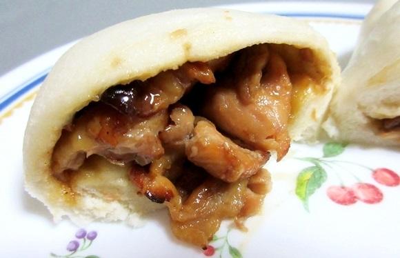 【やってみて】セブンイレブン『焼鳥炭火焼』を食パンで包んで中華まん風にしたら超絶美味に! ファミマ『炭火やきとりまん』と食べ比べてみた