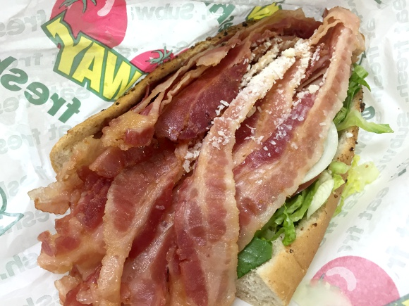 【肉の日】サブウェイで「ベーコンを限界までトッピングして下さい」と注文したらこうなった