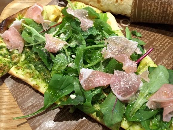 意外となかったナン専門店『MIX 'n' MATCH CAFE』が東京・四谷にオープン! 生地がほのかに甘い「ナンピザ」がオススメだヨ!!