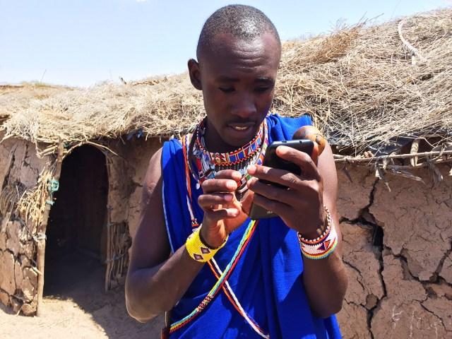 【マサイ通信】第4回:マサイ族のスマホ充電事情 / 10キロ先に住む太陽男「ソーラーマン」が約34円でフル満にしてくれる