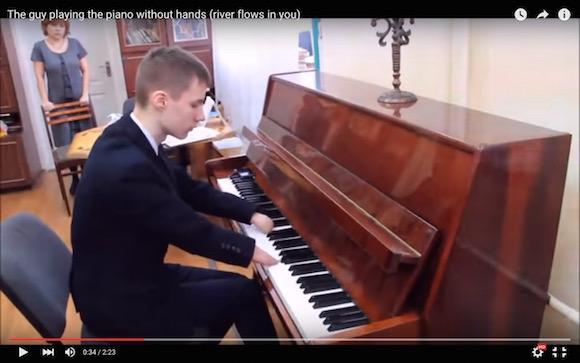 【感動動画】生まれつき指のない男性が演奏するピアノの音色が心を揺さぶられるほど美しい