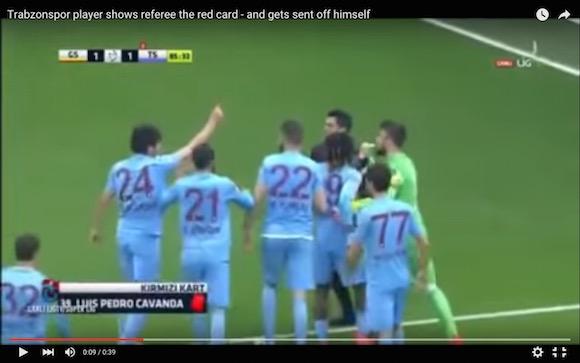 【衝撃サッカー動画】退場者4人を出して没収試合寸前! レッドカードをパクって審判に提示した選手も退場させられる